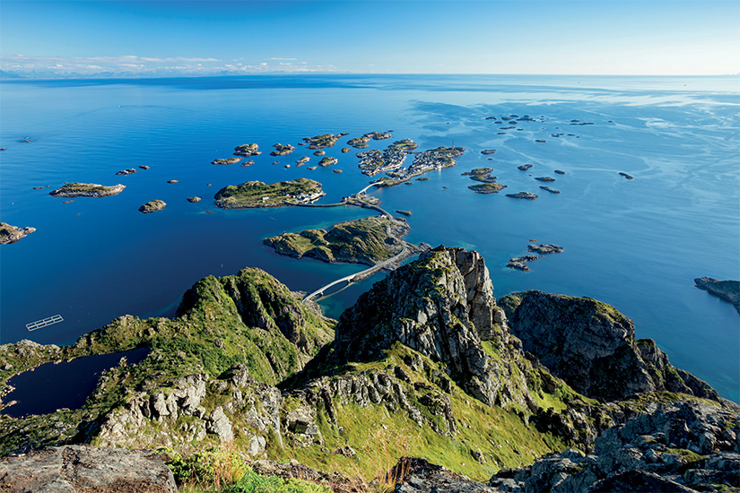image Norvege Henningsvaer iles Lofoten village de pecheurs is_654640838