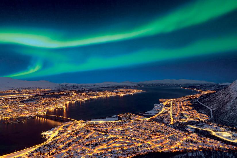 image Norvege tromso nuit vue aerienne depuis colline storsteinen ville belles formes aurores boreales 06 it_912287546